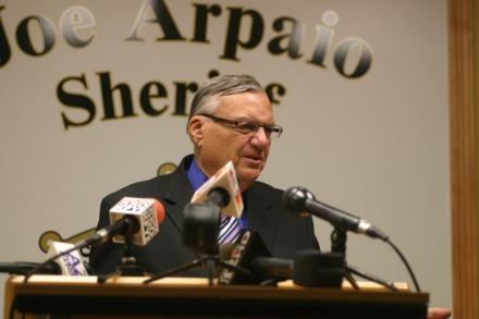 El sheriff Joe Arpaio durante la rueda de prensa en la que dio a conocer el término de la demanda de 34 años.